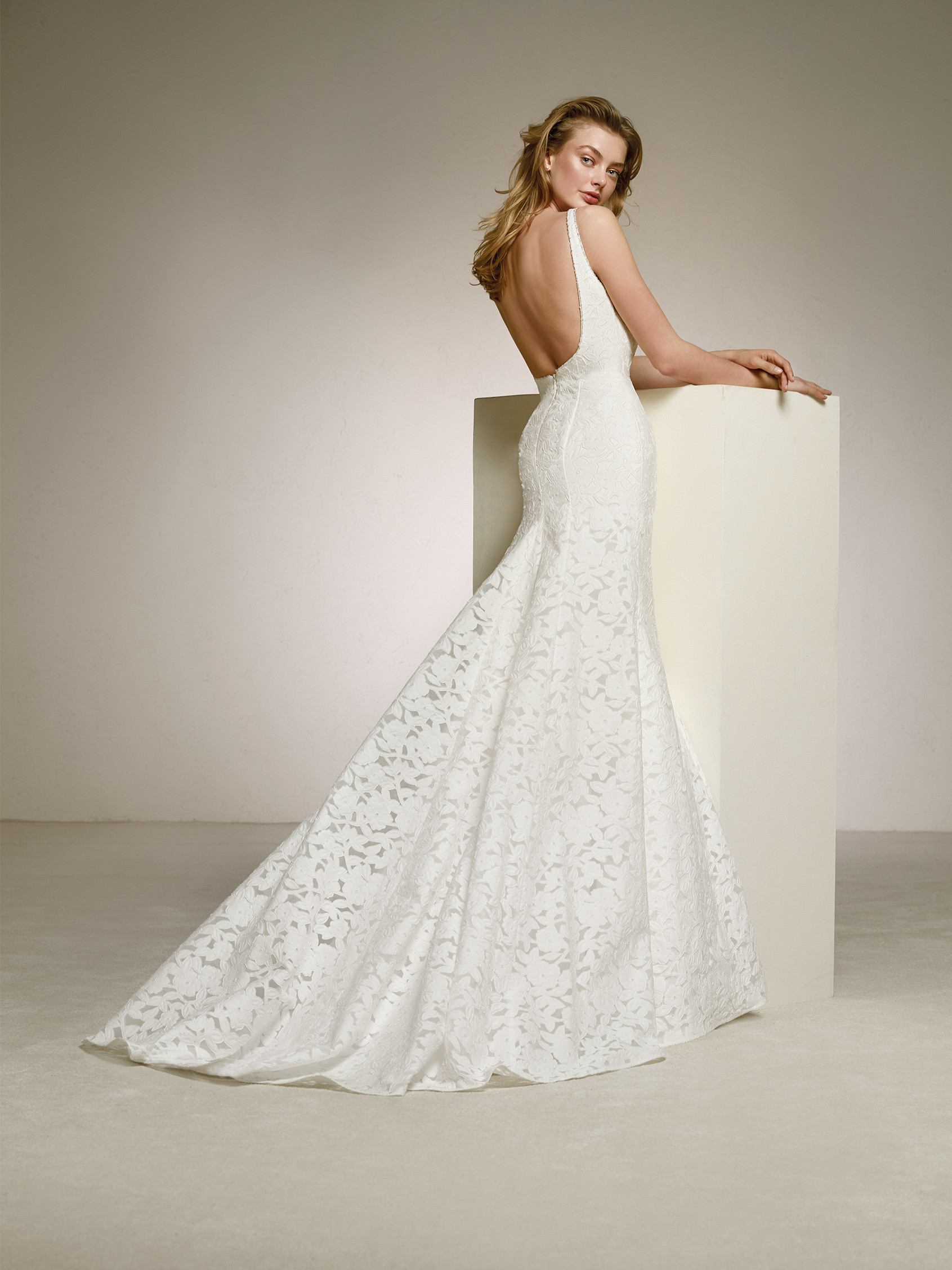 stores with wedding dresses photo - 1