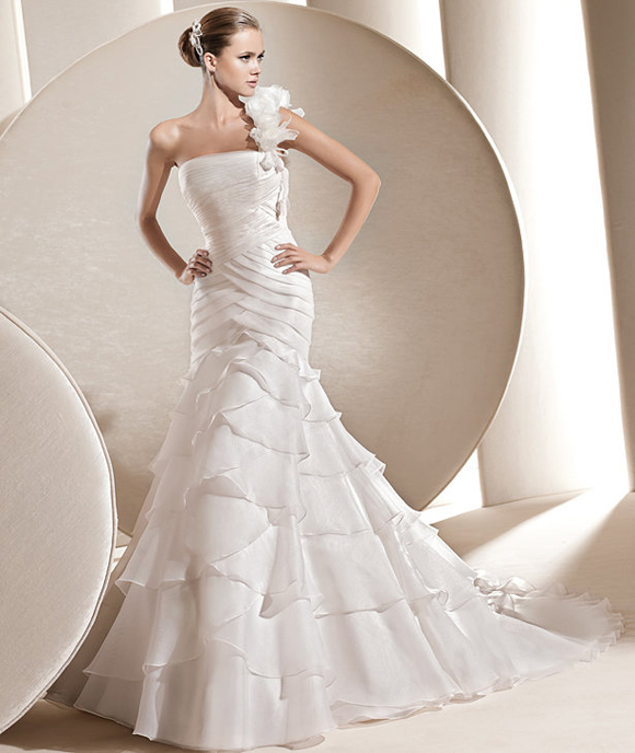 wedding dresses for apple shaped bodies photo - 1