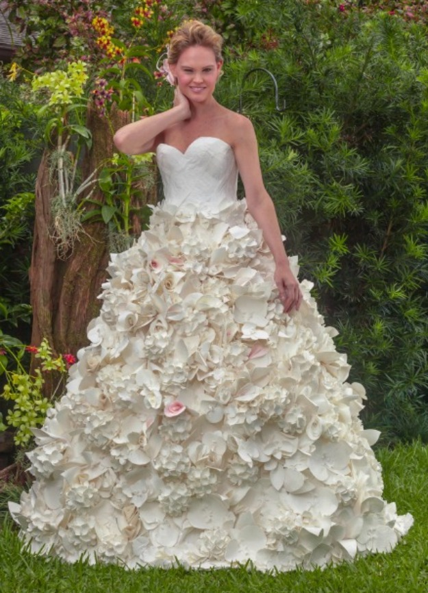 wedding dresses made of toilet paper photo - 1